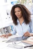 Привлекательный инженер многодельный на офисе стоковые фотографии rf