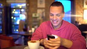 Привлекательный испанский человек бизнесмен, студент или запуск с привлекательной улыбкой используя мобильный телефон красиво акции видеоматериалы