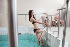 привлекательный кавказец вне складывает шагая женщину вместе стоковое фото rf