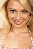 привлекательный конец блондинкы вверх по детенышам женщины Стоковая Фотография RF