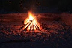привлекательный лагерный костер Стоковые Изображения