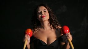 Привлекательный молодой музыкант брюнет играя красные maracas сток-видео