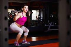 Привлекательный молодой мышечный культурист женщины с совершенным телом делает стоковая фотография rf