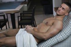 Привлекательный молодой человек в sauna стоковые изображения rf