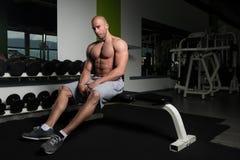 Привлекательный молодой человек отдыхая в тренировке Afther спортзала Стоковые Изображения RF