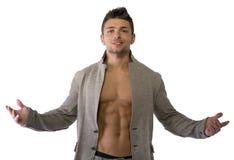 Привлекательный молодой человек с открытой курткой на мышечном торсе стоковые изображения