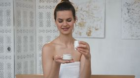 Привлекательный опарник отверстия женщины брюнета со сливками в белом bathroom сток-видео