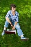 привлекательный парк компьтер-книжки девушки Стоковая Фотография RF