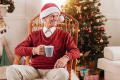 Привлекательный пожилой человек держа любимую чашку Стоковое Изображение RF