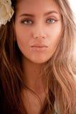 привлекательный портрет волос девушки цветка Стоковые Изображения