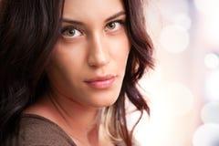 привлекательный портрет девушки брюнет стоковое изображение rf