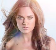 Привлекательный портрет женщины на сером брюнет предпосылки смотря Стоковая Фотография