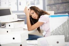 Привлекательный работник офиса поданный вверх с работой стоковые изображения rf