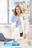 Привлекательный студент-медик стоя в офисе Стоковое Изображение RF