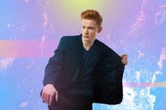 Привлекательный студент пробуя на куртке пока получающ готовый на дата стоковые фото