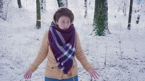 Привлекательный танцевать молодой женщины придурковатый и смешной в парке зимы, имеющ потеху, усмехаясь движение медленное сток-видео