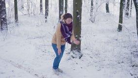 Привлекательный танцевать молодой женщины придурковатый и смешной в парке зимы, имеющ потеху, усмехаясь движение медленное видеоматериал