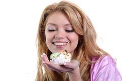 привлекательный торт есть женщину Стоковые Изображения