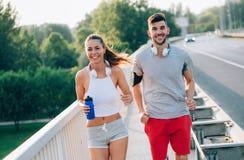 Привлекательный человек и красивая женщина jogging совместно Стоковое Изображение