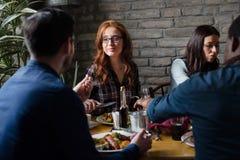 Привлекательный человек и милая женщина имея еду Стоковые Фотографии RF