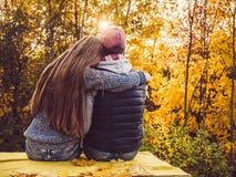 Привлекательный человек и стильная женщина сидя на террасе стоковое изображение