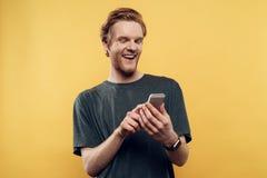 Привлекательный человек отправляя СМС Sms на Smartphone стоковое изображение rf