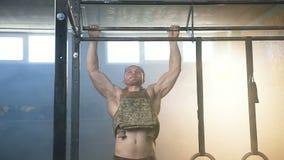Привлекательный человек спорта делая тягу поднимает в спортзале видеоматериал