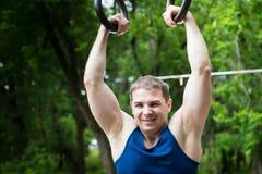 Привлекательный человек фитнеса делая тренировки в парке стоковые фото