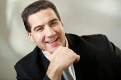 привлекательный черный костюм портрета бизнесмена Стоковые Фотографии RF