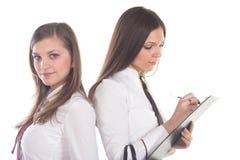 2 привлекательных бизнес-леди на белой предпосылке Стоковое фото RF