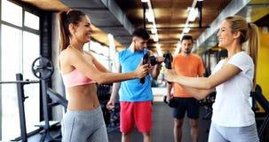 2 привлекательных девушки фитнеса делая тренировку Стоковое фото RF