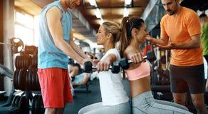 2 привлекательных девушки фитнеса делая тренировку Стоковая Фотография