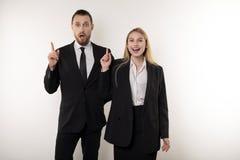 2 привлекательных делового партнера в черных костюмах пришли вверх с идеей как улучшить их дело стоковая фотография