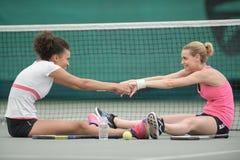 2 привлекательных женских теннисиста протягивая на суде Стоковое Изображение RF
