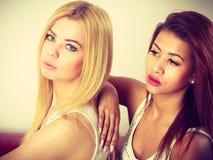 2 привлекательных женщины представляя совместно Стоковые Изображения