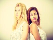 2 привлекательных женщины представляя совместно Стоковое фото RF