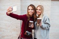2 привлекательных маленькой девочки принимая selfie Стоковые Изображения RF