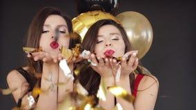 2 привлекательных сестры давая поцелуй воздуха камере акции видеоматериалы