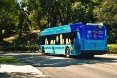 Приводы автобуса студий Universal районом гостиницы стоковое изображение