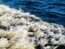 Приводя к трассировка на поверхности воды от проходя корабля Стоковая Фотография RF