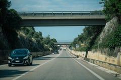 Привод автомобиля в дорогах летнего времени Италии стоковая фотография