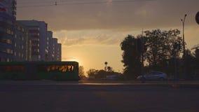 Привод автомобиля трамвая мимо против заходящего солнца акции видеоматериалы