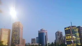 Привод дорогой карниза города Абу-Даби башен и небоскребов города вечером - акции видеоматериалы