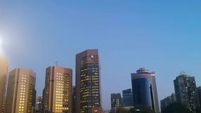 Привод дорогой карниза города Абу-Даби башен и небоскребов города вечером - видеоматериал