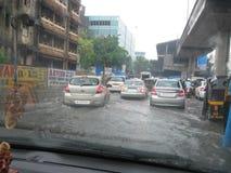 Привод кораблей на затопленной дороге Мумбая стоковая фотография