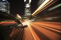 Привод ночи с автомобилем в движении. Стоковое фото RF