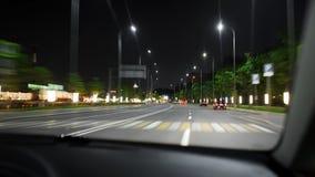 Привод скорости автомобиля на дороге в ноче стоковое фото