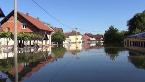 Привод через затопленные улицы со шлюпкой Затопленные поля, деревни, фермы и дома Отава опустошительных потока и земель реки акции видеоматериалы