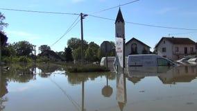 Привод через затопленные улицы со шлюпкой Затопленные поля, деревни, фермы и дома Отава опустошительных потока и земель реки сток-видео