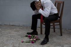 Привоженный в уныние человек в костюме, с разбитым сердцем после быть отвергнутым стоковая фотография